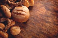 面包的分类在木桌上的 免版税库存照片