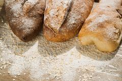 面包的变异在木桌上面的用面粉 库存照片