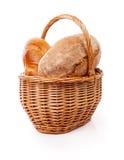 从面包的柳条筐在白色背景 免版税库存照片