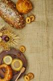 面包的混合在麻袋布背景的 图库摄影