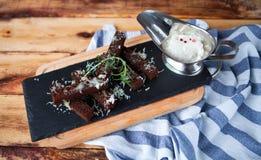 从黑面包的芬芳多士用乳酪巴马干酪和白色 免版税库存图片