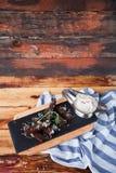 从黑面包的芬芳多士用乳酪巴马干酪和白色 图库摄影