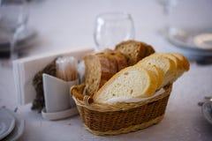 面包篮子在桌上的 库存图片