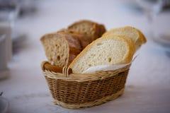 面包篮子在桌上的 库存照片