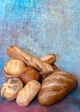 面包篮子用面包和卷 免版税库存图片