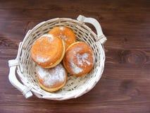 面包篮子的可口新鲜的柏林人在葡萄酒木背景平的视图 图库摄影