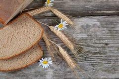 面包耳朵和雏菊 库存图片