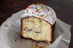 面包蛋糕装饰复活节传统 欢乐的面包 白色乳脂软糖饼 库存图片