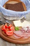 面包香肠熏制的快餐 图库摄影