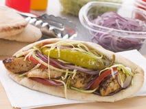 面包鸡kebab用卤汁泡的pitta 免版税库存照片