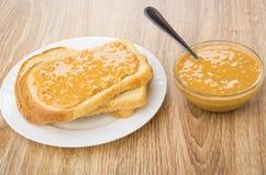 面包,三明治用在板材,碗的花生酱用黄油 库存图片