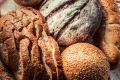 面包-食物背景的新近地被烘烤的不同的类型 库存图片