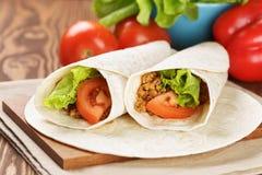 面卷饼用牛肉蕃茄和沙拉叶子 图库摄影