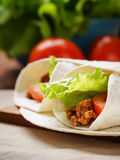 面卷饼用牛肉蕃茄和沙拉叶子 免版税库存照片