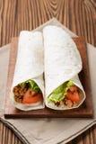 面卷饼用牛肉蕃茄和沙拉叶子 库存图片
