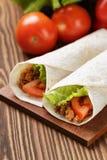 面卷饼用牛肉蕃茄和沙拉叶子 免版税库存图片