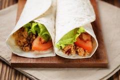 面卷饼用牛肉蕃茄和沙拉叶子 库存照片