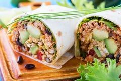 面卷饼,墨西哥食物,与辣豆汤积土的面粉玉米粉薄烙饼 免版税库存照片