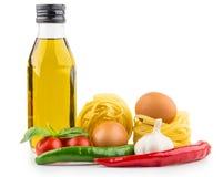 面团、瓶橄榄油,蕃茄、大蒜、胡椒和蓬蒿 免版税库存图片