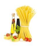 面团、蕃茄、蓬蒿、橄榄油、醋、大蒜和巴马干酪 图库摄影