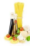 面团、蕃茄、蓬蒿、橄榄油、醋、大蒜和巴马干酪 免版税库存图片