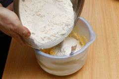 面团为蛋糕做准备 图库摄影