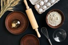 面团准备做成份,在厨房用桌背景的食物平的位置的食谱面包、薄饼或者饼 工作与 免版税库存照片
