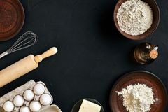 面团准备做成份,在厨房用桌背景的食物平的位置的食谱面包、薄饼或者饼 工作与 库存图片