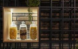 面团和意粉在一个架子在一个玻璃瓶子在现代内部 免版税库存照片