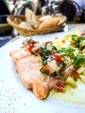 面团和熏制鲑鱼用蕃茄 图库摄影