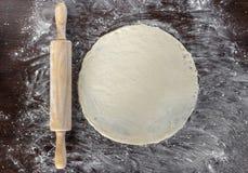 面团和滚针用被洒的面粉在厨房ta说谎 库存照片