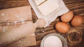 面团在葡萄酒农村木厨房用桌上的食谱成份 免版税库存照片