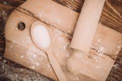 面团在葡萄酒农村木厨房用桌上的食谱成份 免版税图库摄影