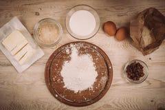 面团在葡萄酒农村木厨房用桌上的食谱成份 库存图片