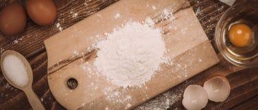 面团在葡萄酒农村木厨房用桌上的食谱成份 图库摄影