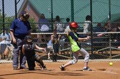 面团女孩垒球 免版税库存照片