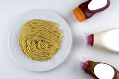 面团意大利细面条博洛涅塞用在白色碗的西红柿酱 顶视图 免版税图库摄影