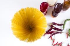 面团意大利细面条博洛涅塞用在白色碗的西红柿酱 顶视图 库存图片