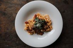 面团意大利细面条博洛涅塞用牛肉和西红柿酱在黑暗的口气神秘主义者光样式 免版税库存照片