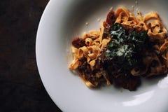 面团意大利细面条博洛涅塞用牛肉和西红柿酱在黑暗的口气神秘主义者光样式 免版税库存图片