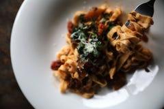 面团意大利细面条博洛涅塞用牛肉和西红柿酱在黑暗的口气神秘主义者光样式 库存照片
