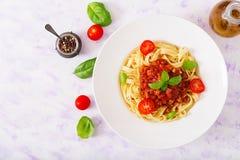 面团意大利细面条博洛涅塞用在白色碗的西红柿酱 免版税库存照片