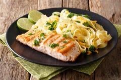 面团意大利细面条用乳酪和黄油和烤三文鱼与 库存图片