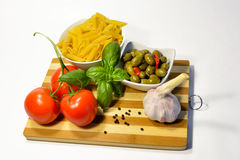 面团成份、蕃茄大蒜橄榄和蓬蒿 免版税库存照片