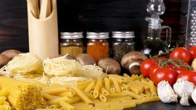 面团未煮过的未加工的品种在新鲜的成份旁边的晚餐的 股票视频