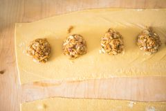 面团板料和蘑菇,一部分的馄饨准备 免版税图库摄影