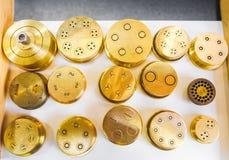 面团死挤压形状黄铜面团机器零件金黄stenc 免版税库存图片