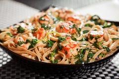 面团汇集-与三文鱼和菠菜的意大利细面条 库存图片