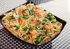 面团汇集-与三文鱼和菠菜的意大利细面条 免版税库存照片