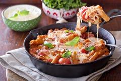 面团烘烤与penne、蕃茄和mozarella 库存照片